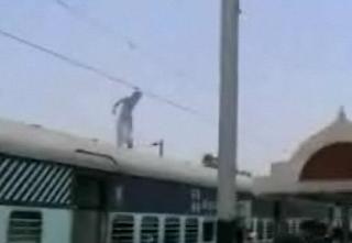 Αυτοκτονία με ηλεκτροπληξία σε σταθμό τρένου στην Ινδία!!